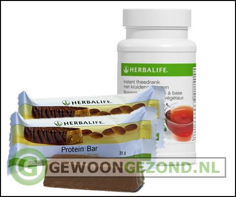 Leeker kopje Herbalife theedrank met een proteïnereep